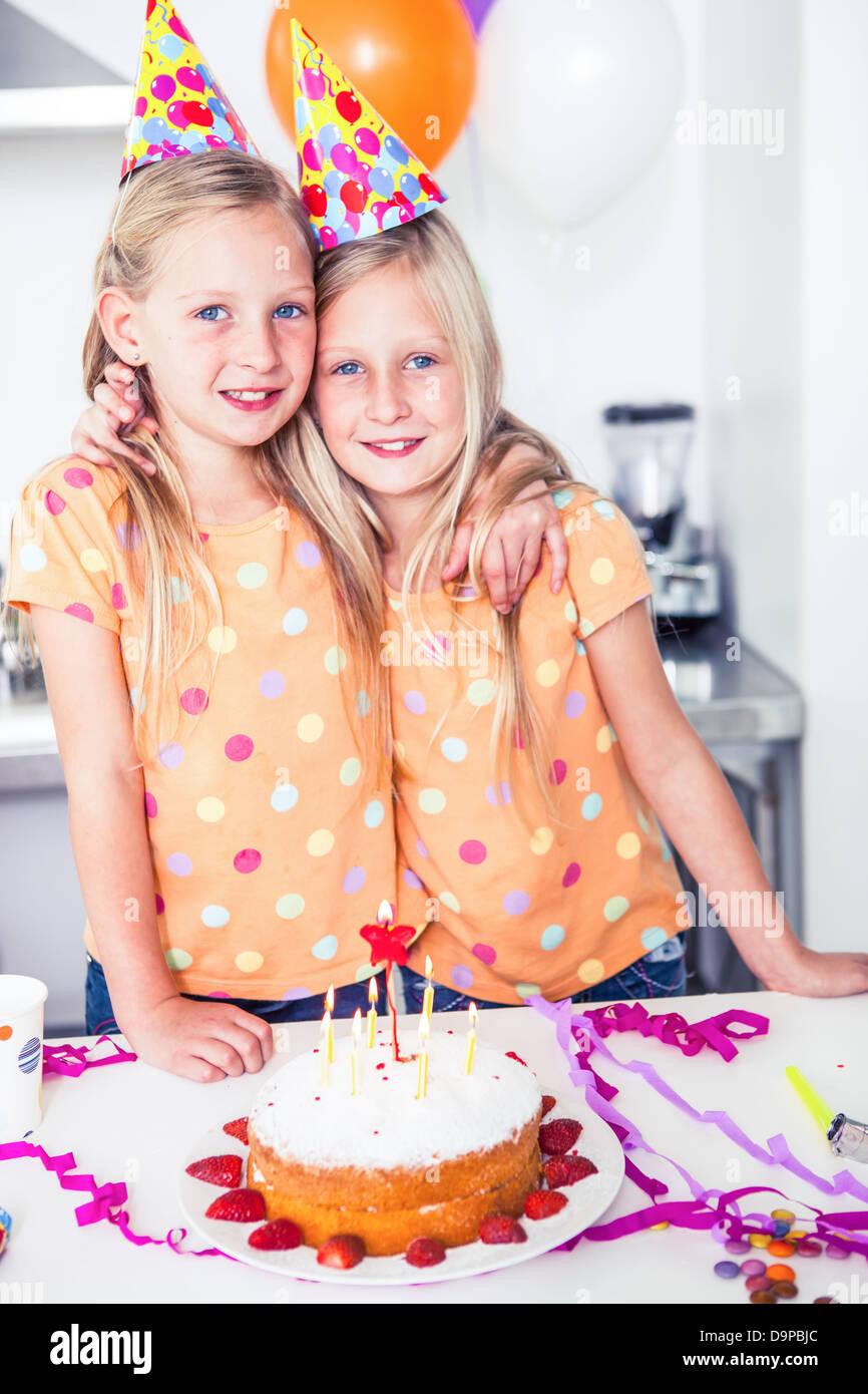 Schaut In Die Kamera Auf Einem Geburtstag Zwillinge Stockfoto Bild