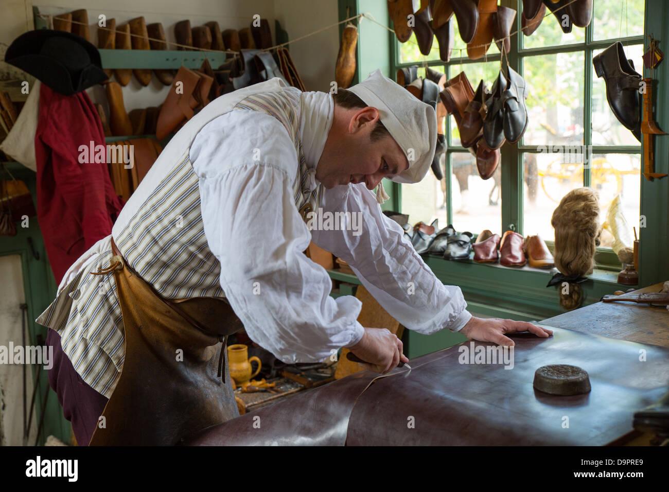 Schuh-Hersteller im Colonial Williamsburg, Virginia, USA Stockbild