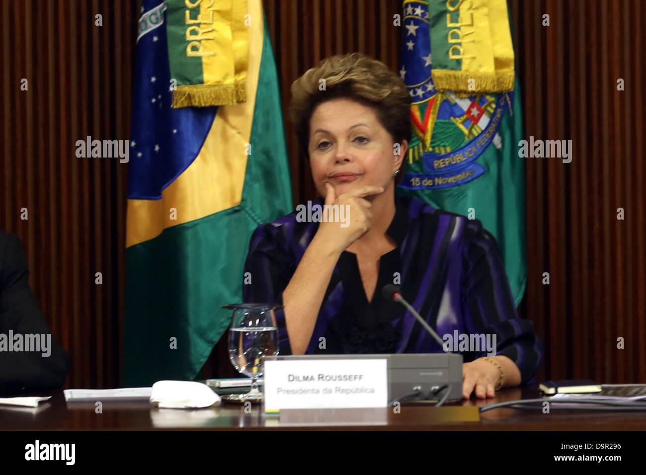 Brasilia, Brasilien, 24. Juni 2013. Brasiliens Präsidentin Dilma Rousseff trifft sich mit Gouverneure und Bürgermeister Stockfoto