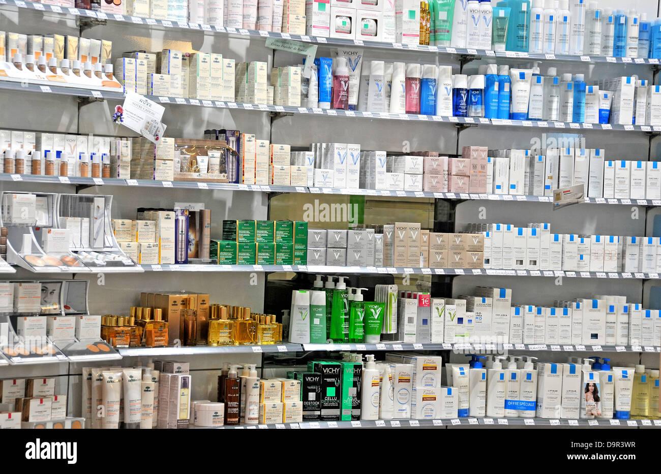 Kosmetik und Beauty-Produkte auf dem Display der Apotheke Boutique Lyon Saint Exupéry Flughafen Stockbild