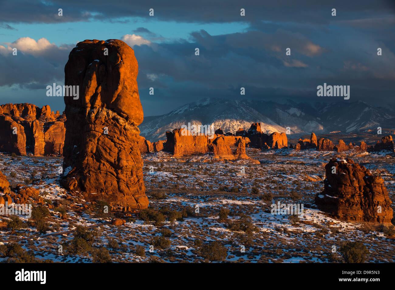 Ausgewogene Rock und der Windows Abschnitt die La Sal Mountains hinaus Arches-Nationalpark, Utah, USA Stockbild