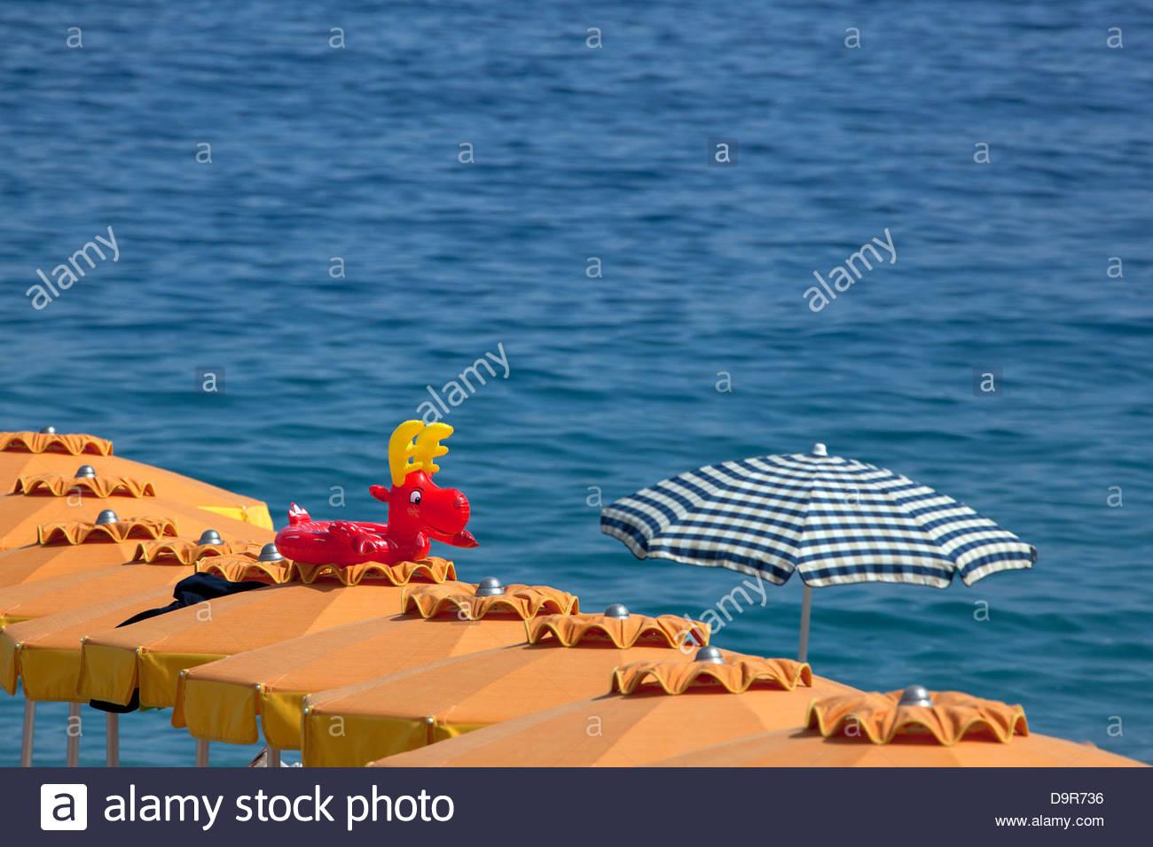 Sonnenschirme, Noli, Italien Stockbild