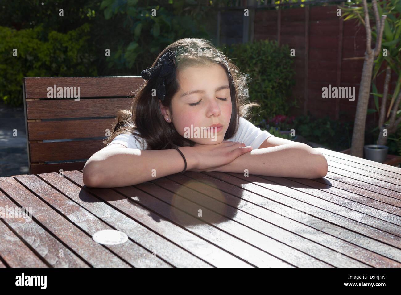 Junge Frau entspannt in der Sonne Stockbild