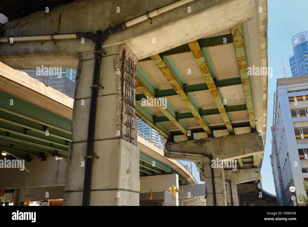 Zerbröckelnden Beton und Rost unter dem Gardiner Expressway in der Innenstadt von Toronto Infrastruktur Rückgang Stockbild