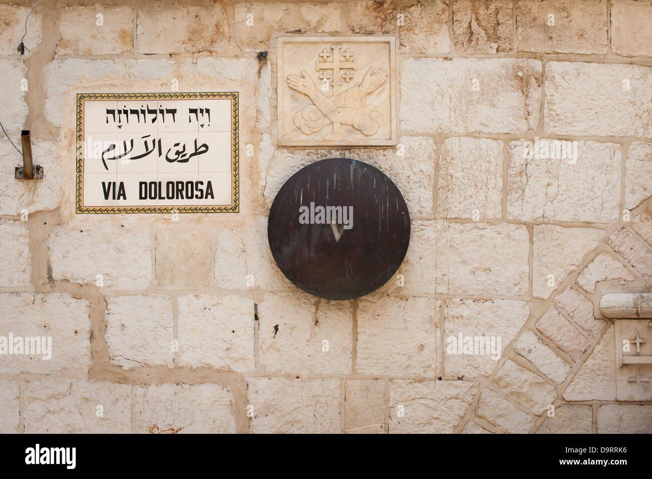 Israel alten Stadt Jerusalem Via Dolorosa Kreuzweg 5 fünf fünfte Simon von Zyrene hilft Jesus Kreuz tragen Stockbild