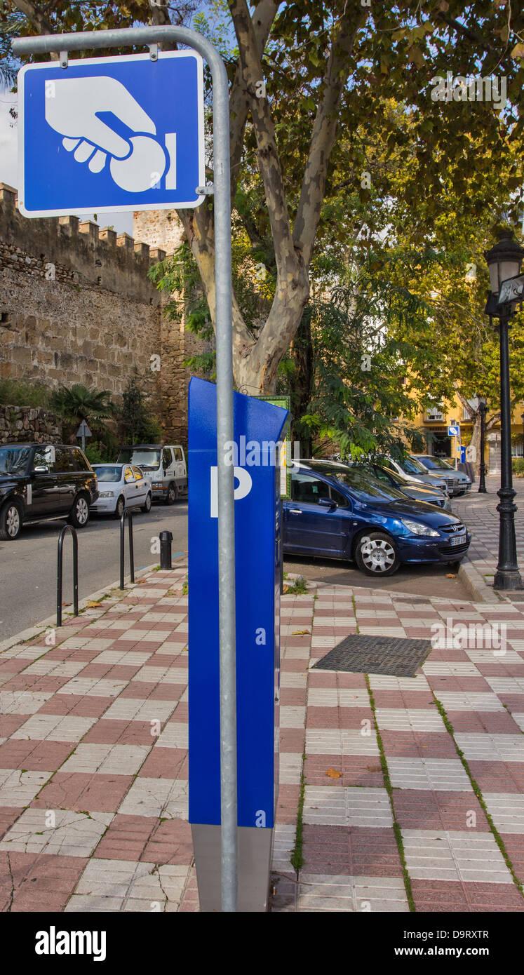 pay und display parkplatz schild nahe der burg wande altstadt marbella spanien
