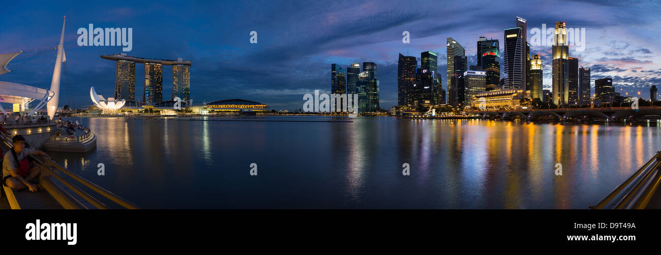 die Skyline bei Nacht von der Esplanade mit Marina Bay (links) und dem Central Business District (rechts), Singapur Stockbild