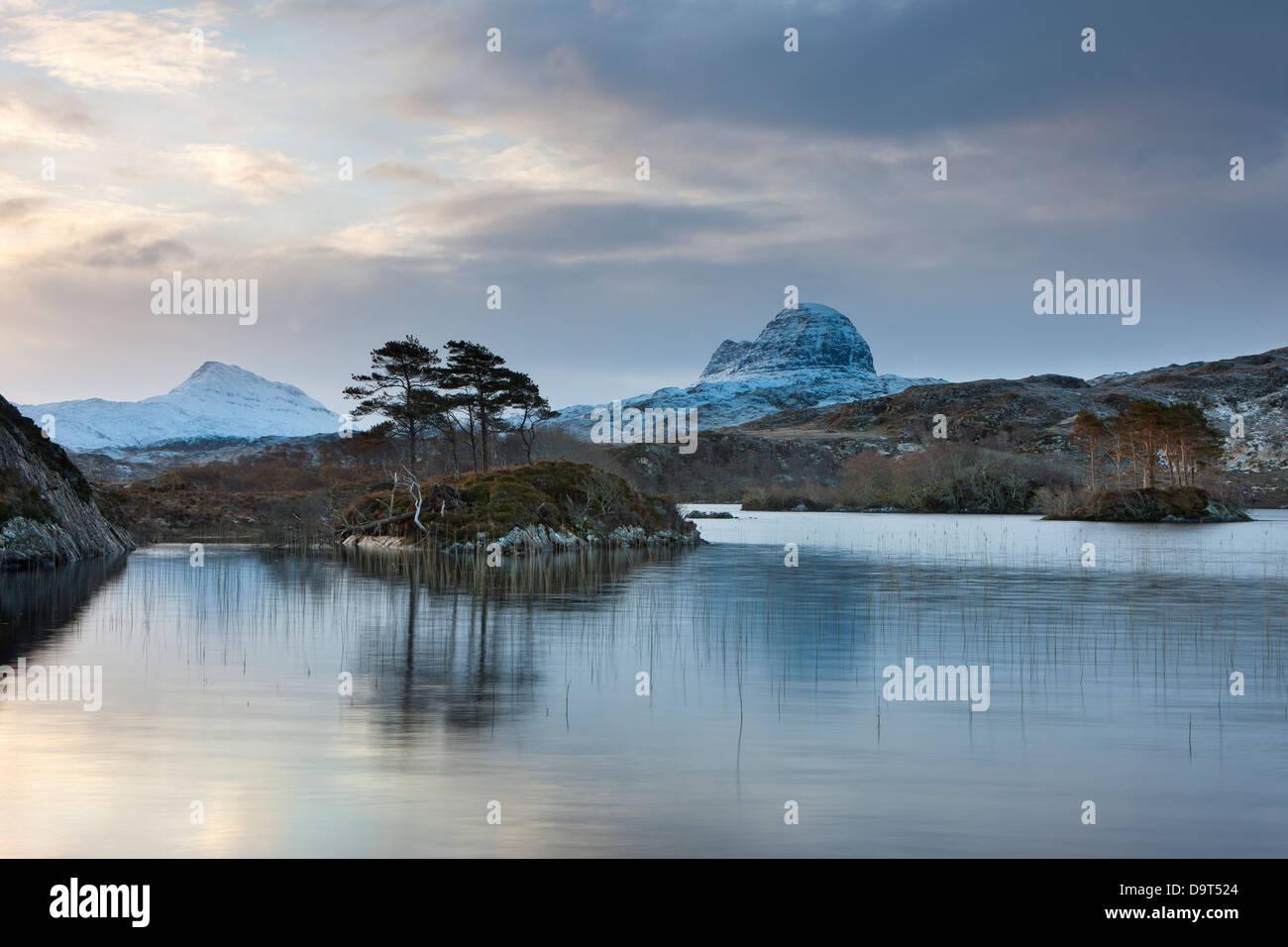 Loch Druim Suardalain mit Mts Canisp & Suilven bestäubt, im Schnee, Sutherland, Schottland, UK Stockfoto