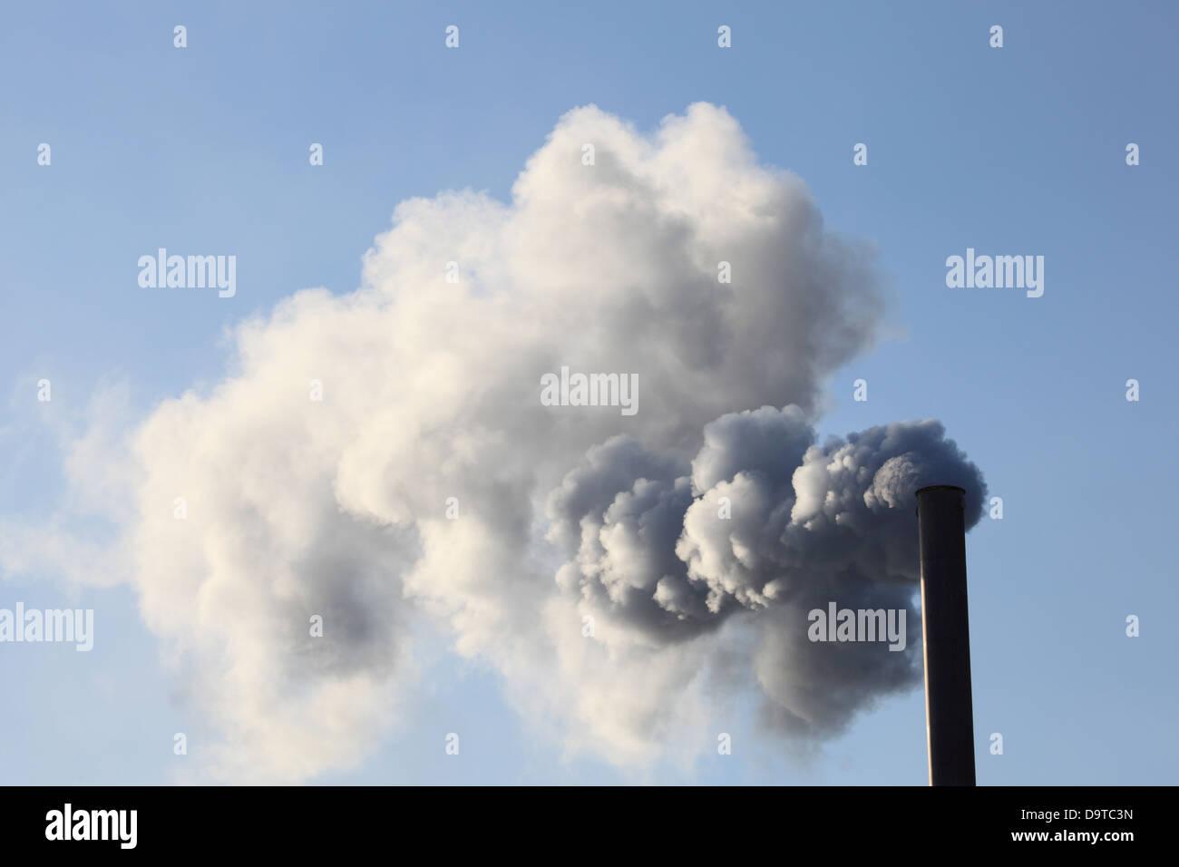 Fabrik Schornstein bläst Rauch in die Atmosphäre Stockbild