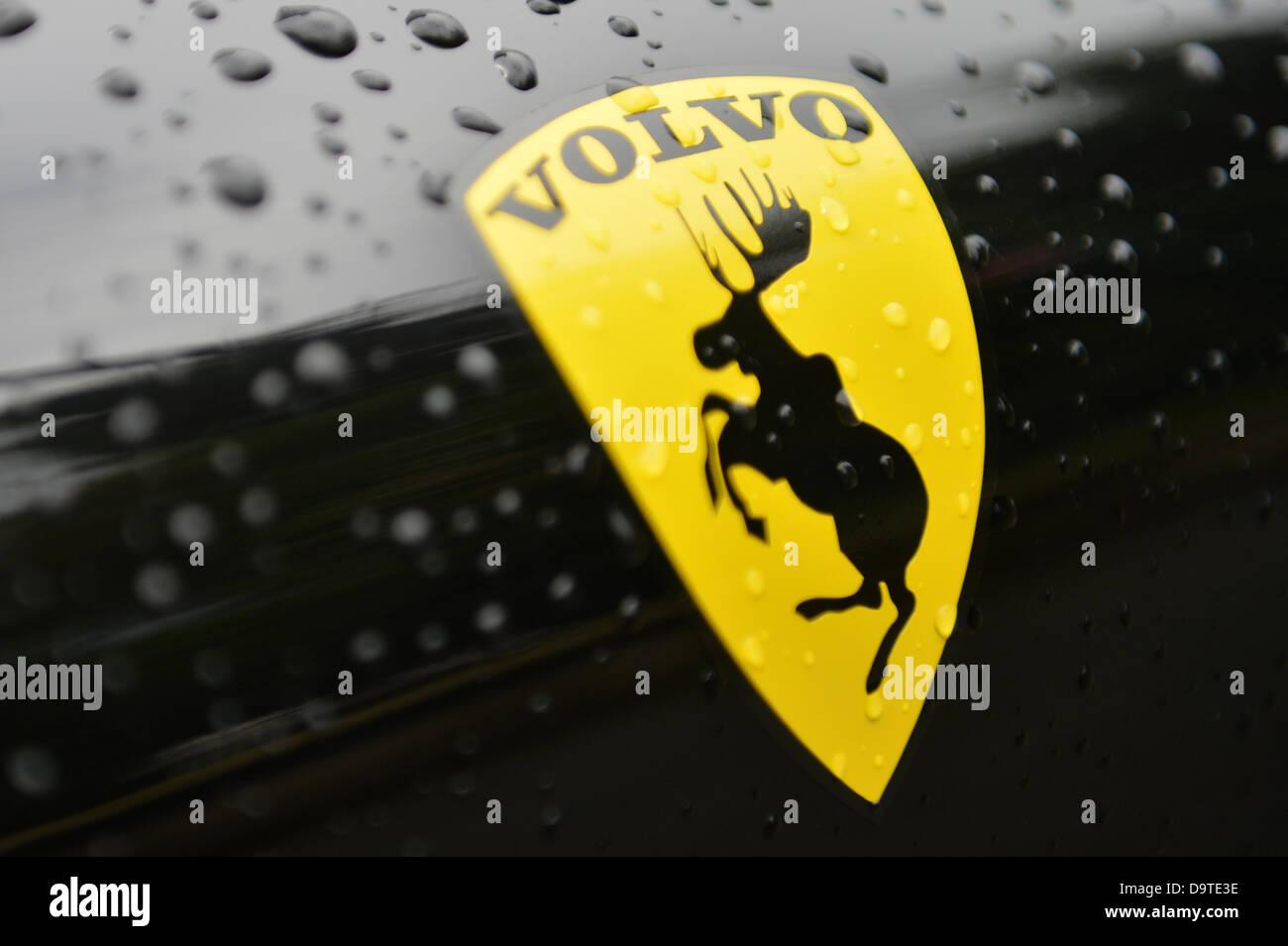 Die logo aufkleber des schwedischen automobilherstellers volvo depcits einen springenden elch in bezug auf das springende pferd des automobilherstellers