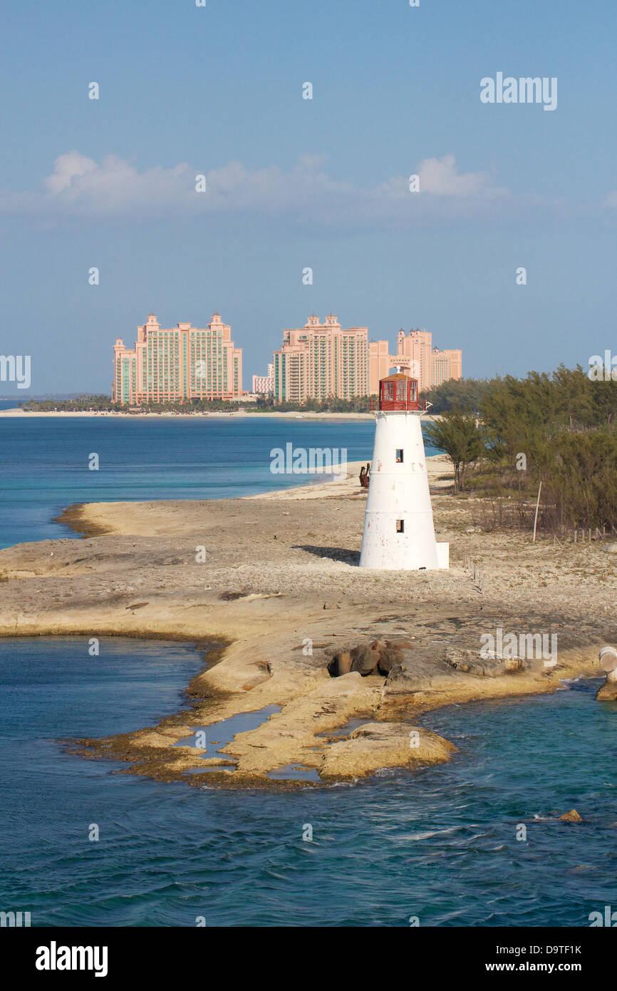 Atlantis Hotels In Paradise Island Nassau Bahamas Auf Der Linken Seite Ist The Cove Atlantis Auf Die Richtige Atlantis Royal Towers Stockfotografie Alamy