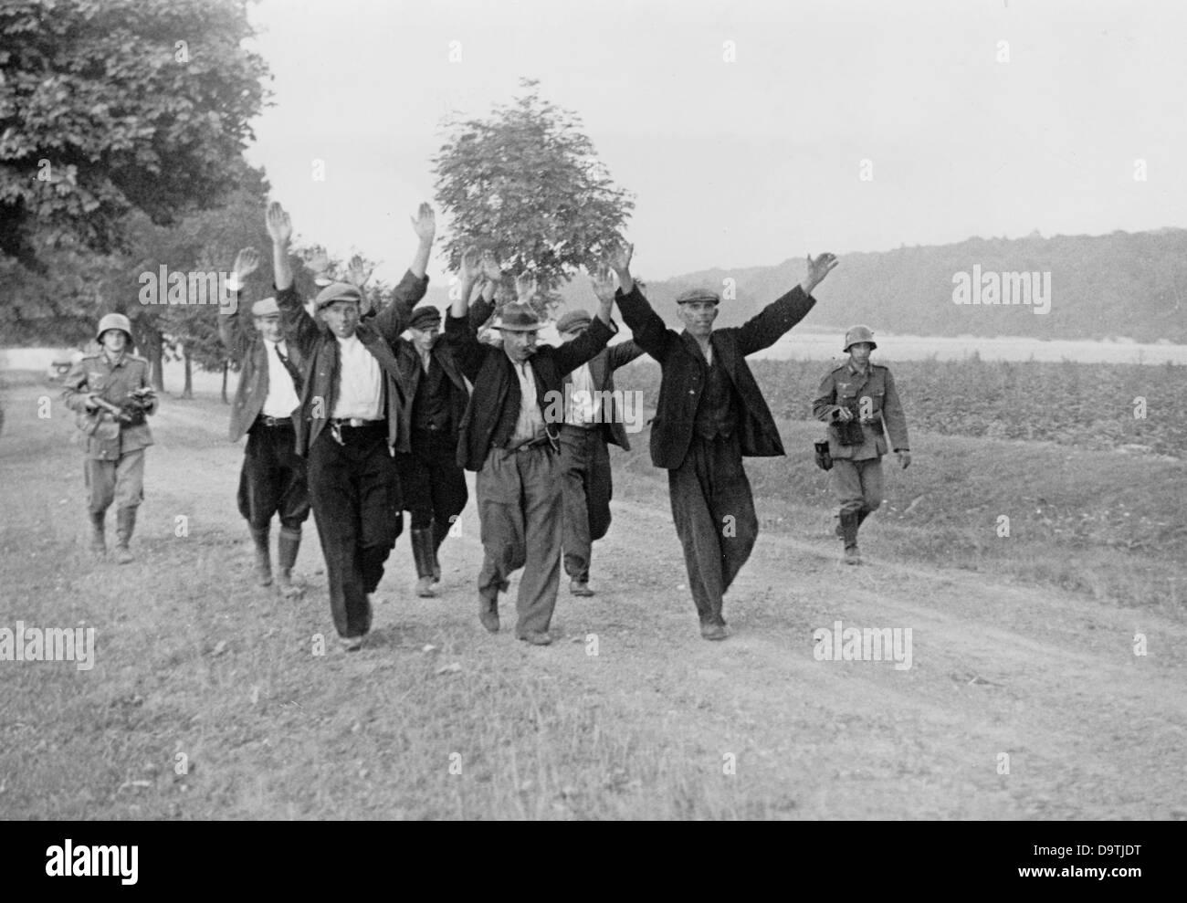 Verhaftung von sowjetischen Partisanen an der Ostfront, zwischen 1941 und 1943. Das Bild wurde für die Nazi-Propaganda Stockfoto