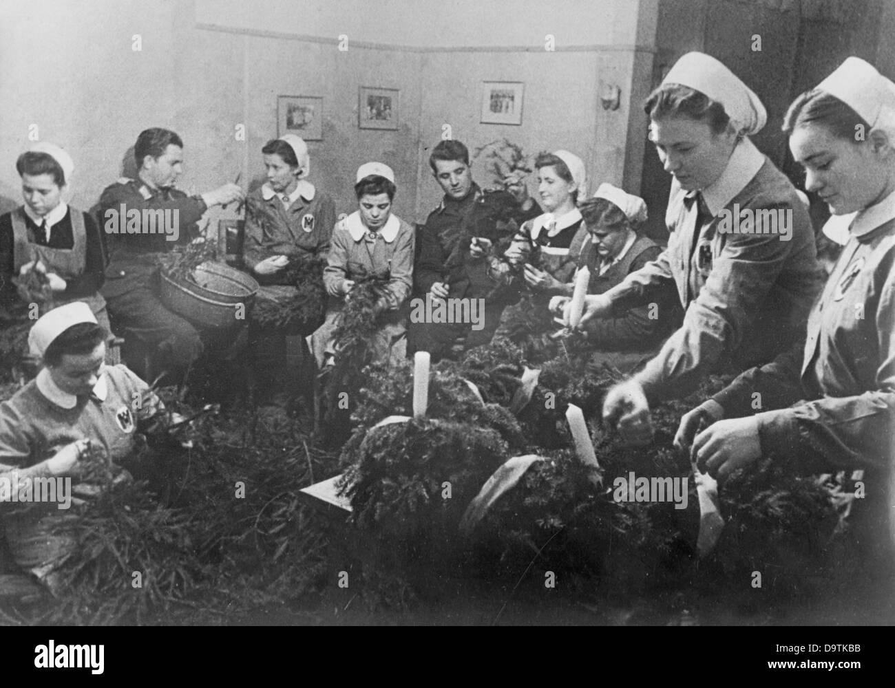 Soldaten der deutschen Wehrmacht und Krankenschwestern des Roten ...