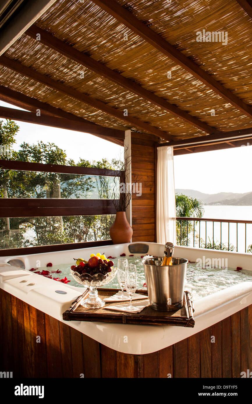 Badewanne auf dem Balkon von Isadora Duncan Guest House. Stockbild
