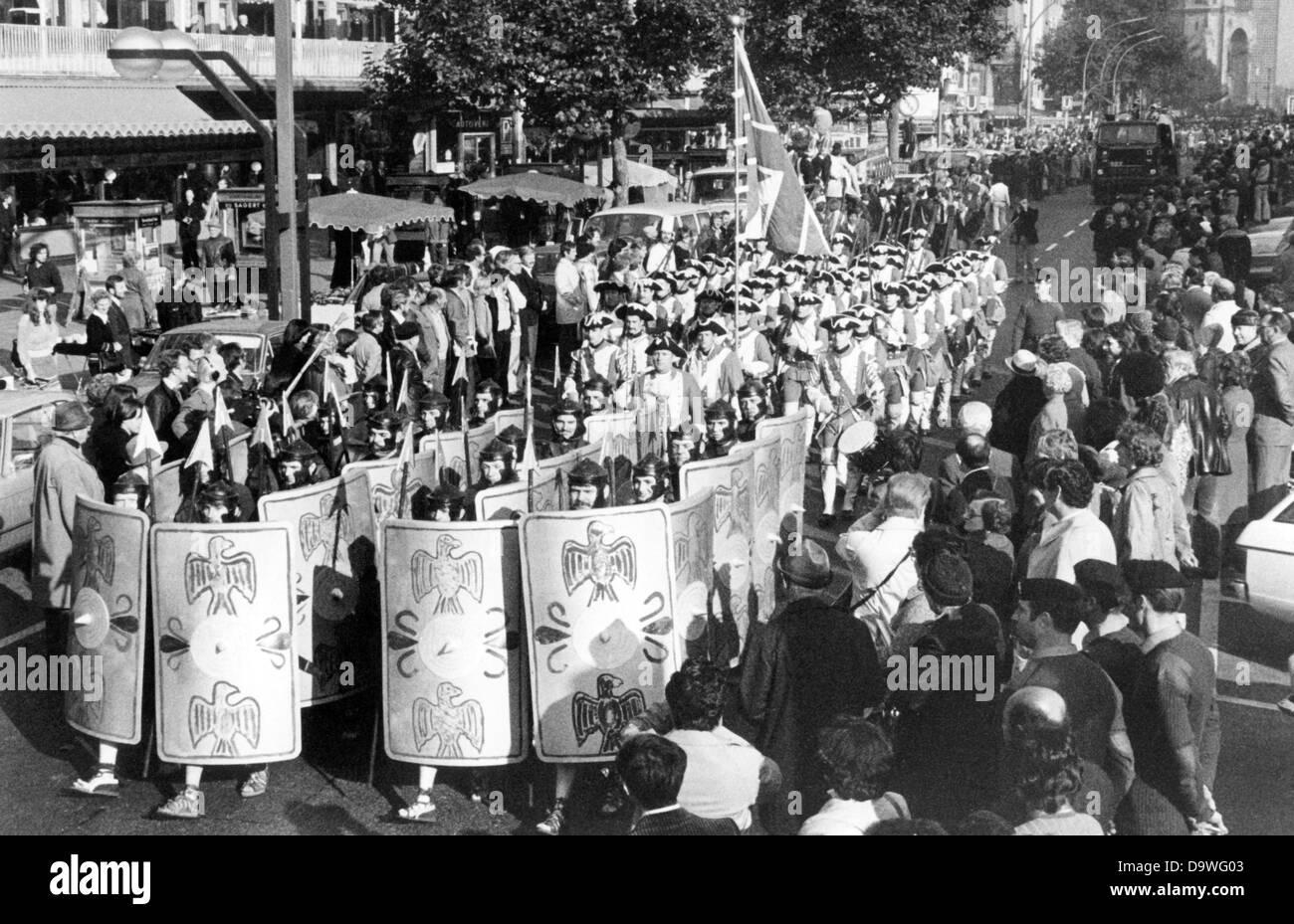 britische soldaten marschieren in einer parade f r die britische berlin tattoo auf dem. Black Bedroom Furniture Sets. Home Design Ideas