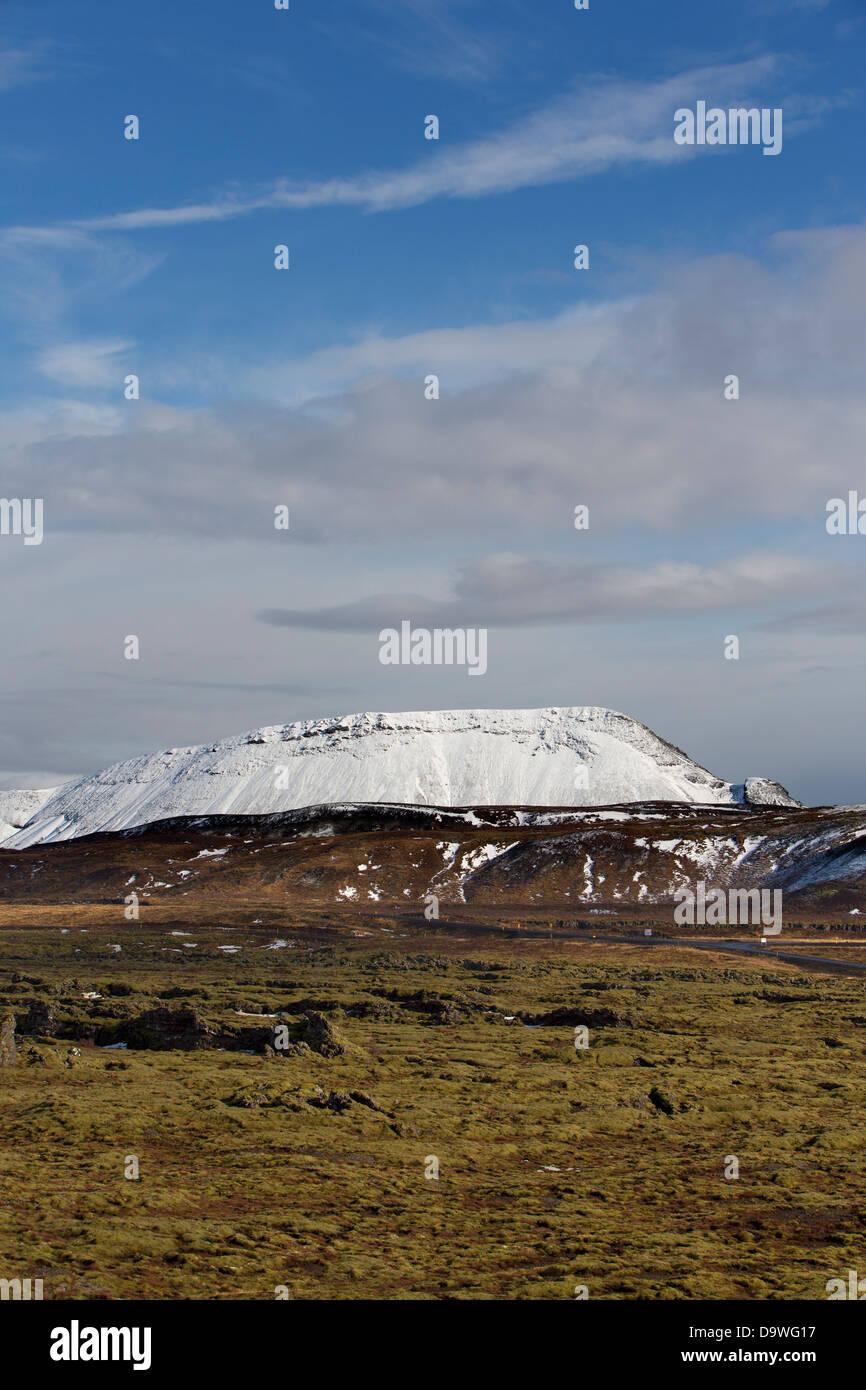Schneebedeckte Berge mit grünem Moos vorne am Nesjavellir, Island - Snævi Þakið Fjall Með Stockbild