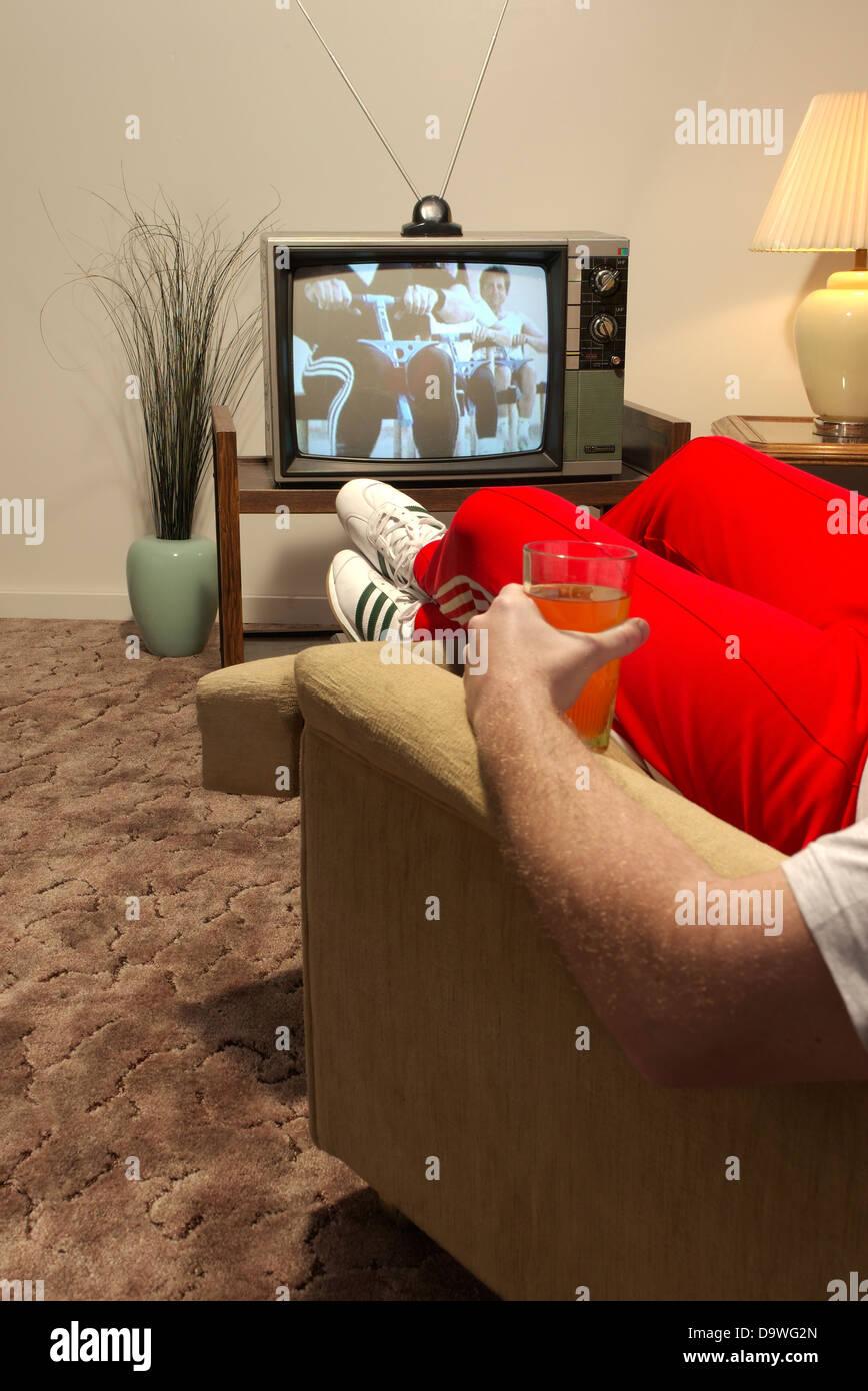 Mann vor dem Fernseher Stockbild