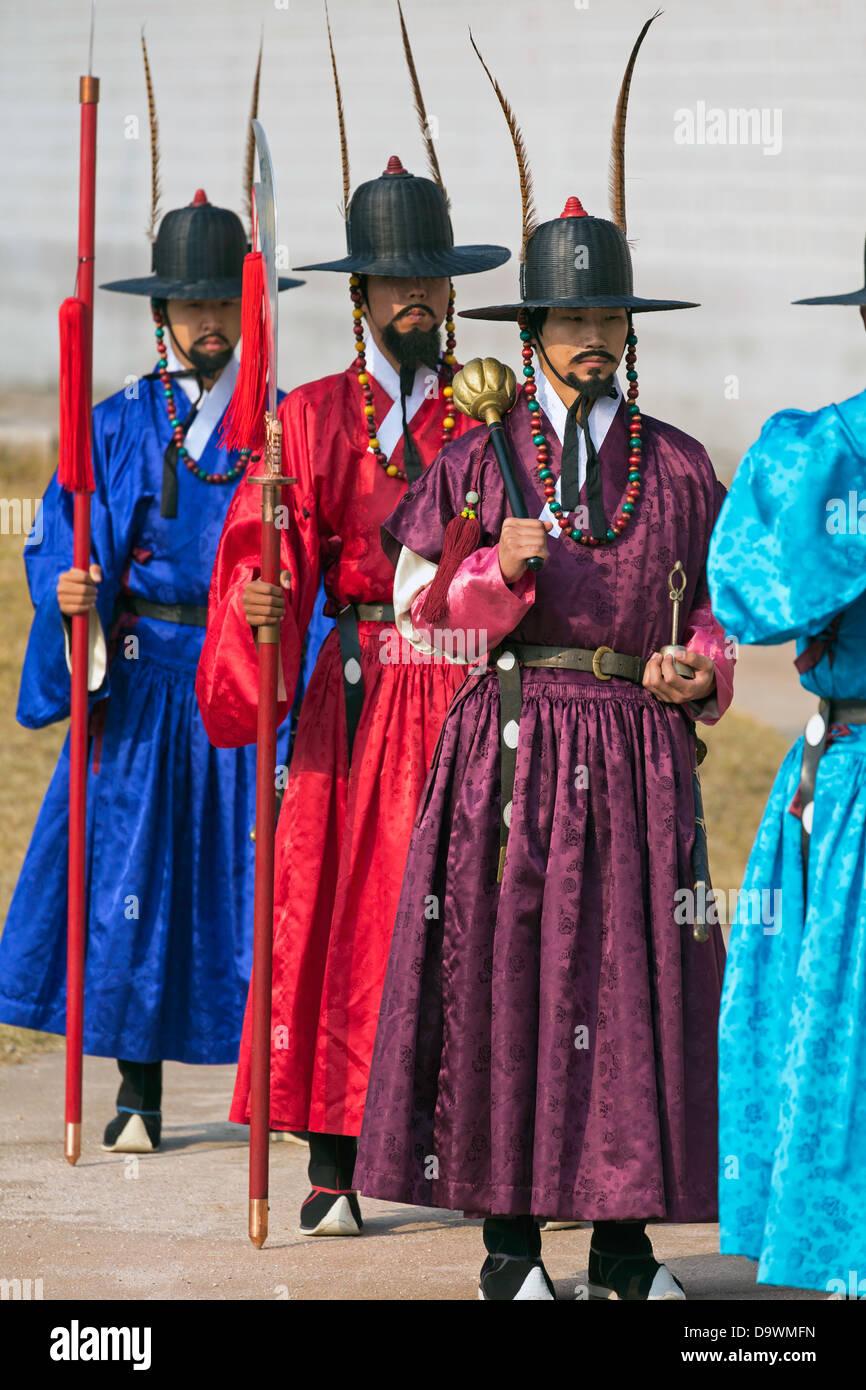 Ändern der feierlichen Wachen Gyeongbokgung Palace, Palast des glänzenden Glücks, Seoul, Südkorea, Stockbild