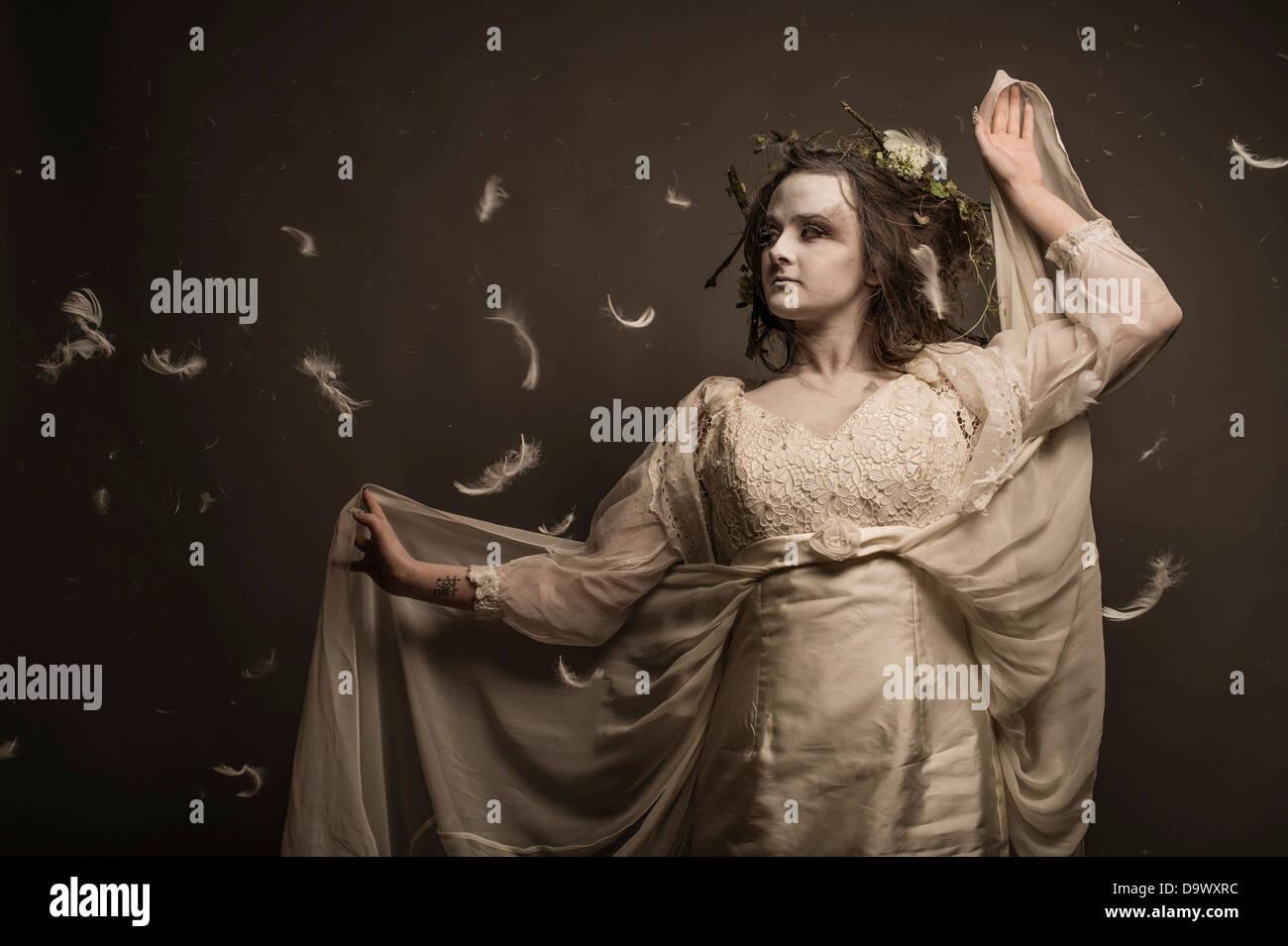 Eine Fantasie Umarbeitung Fotosession - Woman Mädchen verkleidet als blasse gespenstischen Wald Geist Kreatur Stockbild