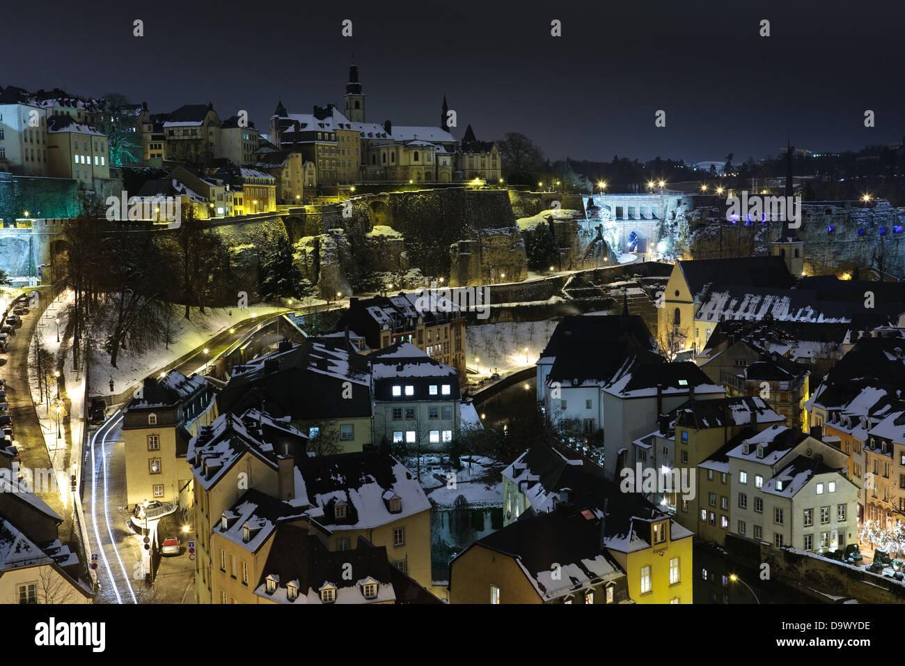 Luxemburger Altstadt Grund nachts unter Schnee Stockbild
