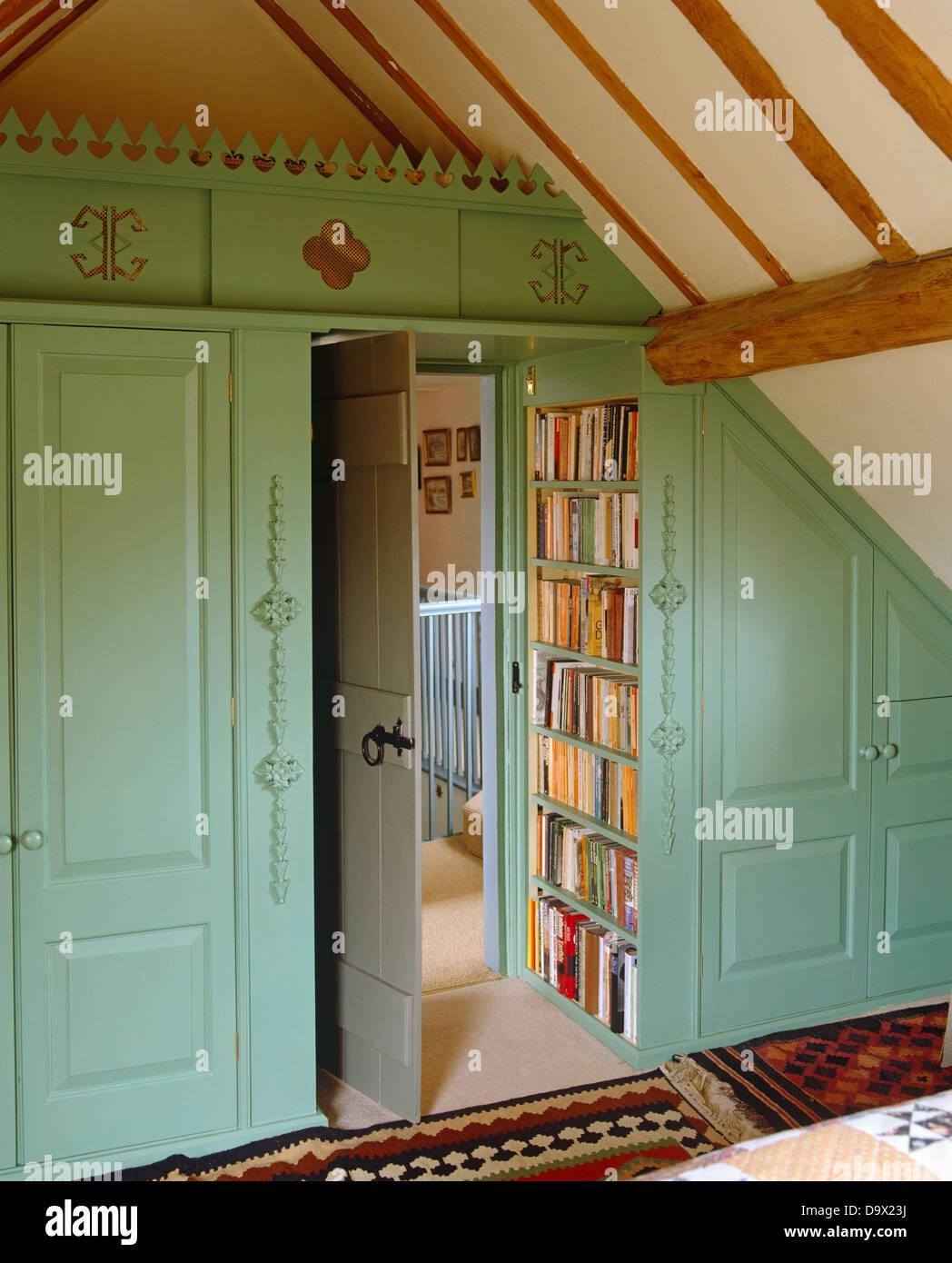 Malte Blassen Türkis Einbauschränke Mit Bücherregalen Unter Abfallenden  Strahlte Decke Im Land Schlafzimmer Gebaut