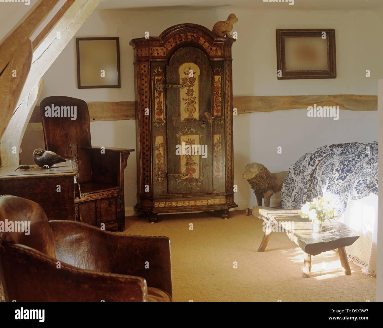 Jahrhundert Deutsch Schrank Im Land Schlafzimmer Mit Leder Und Antikem Holz  Sessel Und Rustikalen Holztisch Lackiert