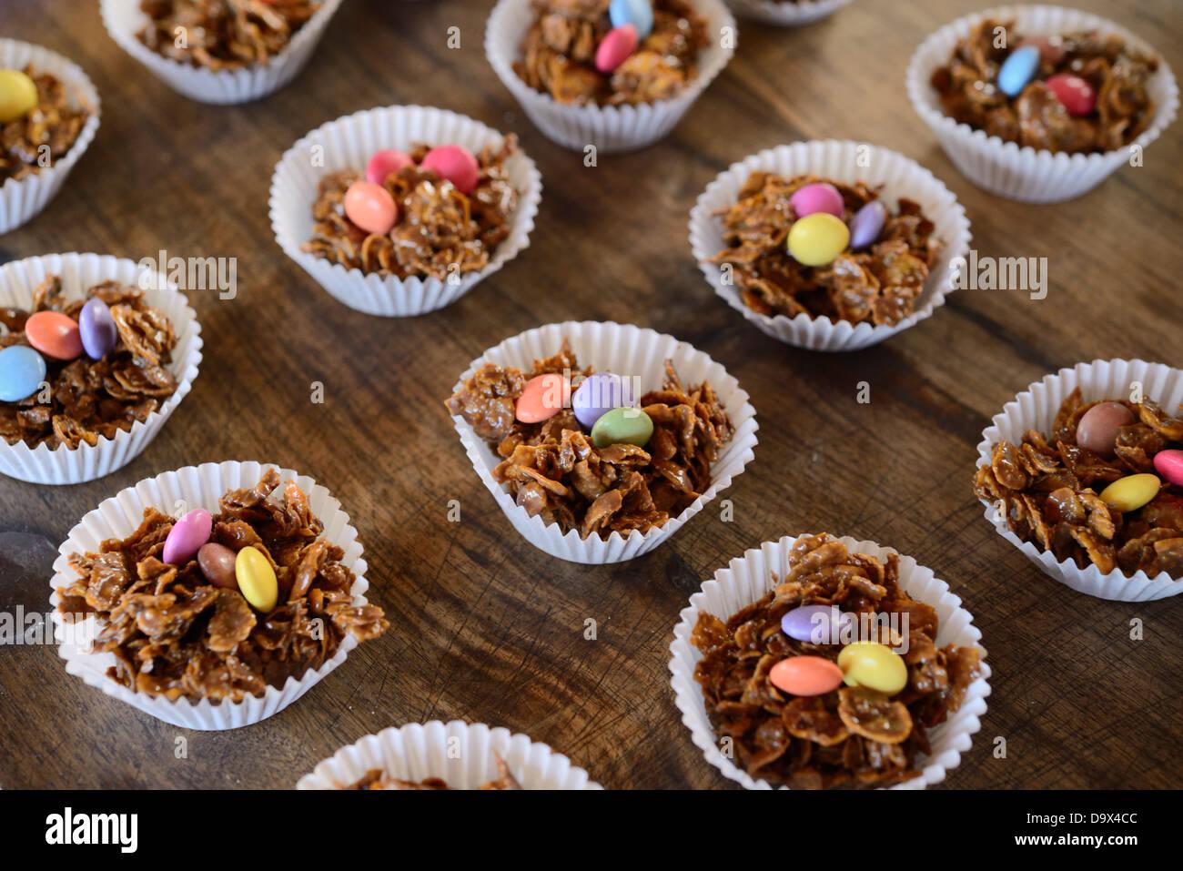 Schoko Mais Flocken Kuchen Mit Bunten Sussigkeiten An Ostern Wales