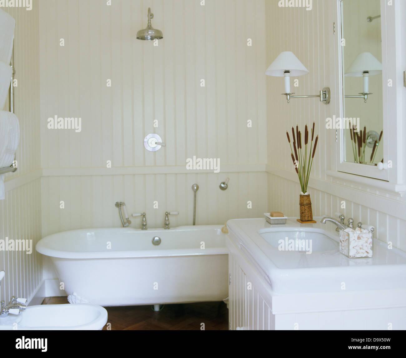 Chrom Dusche über Roll Top Badewanne Im Weißen Badezimmer Mit Weißen  Gemalten Zunge + Groove Verkleidung