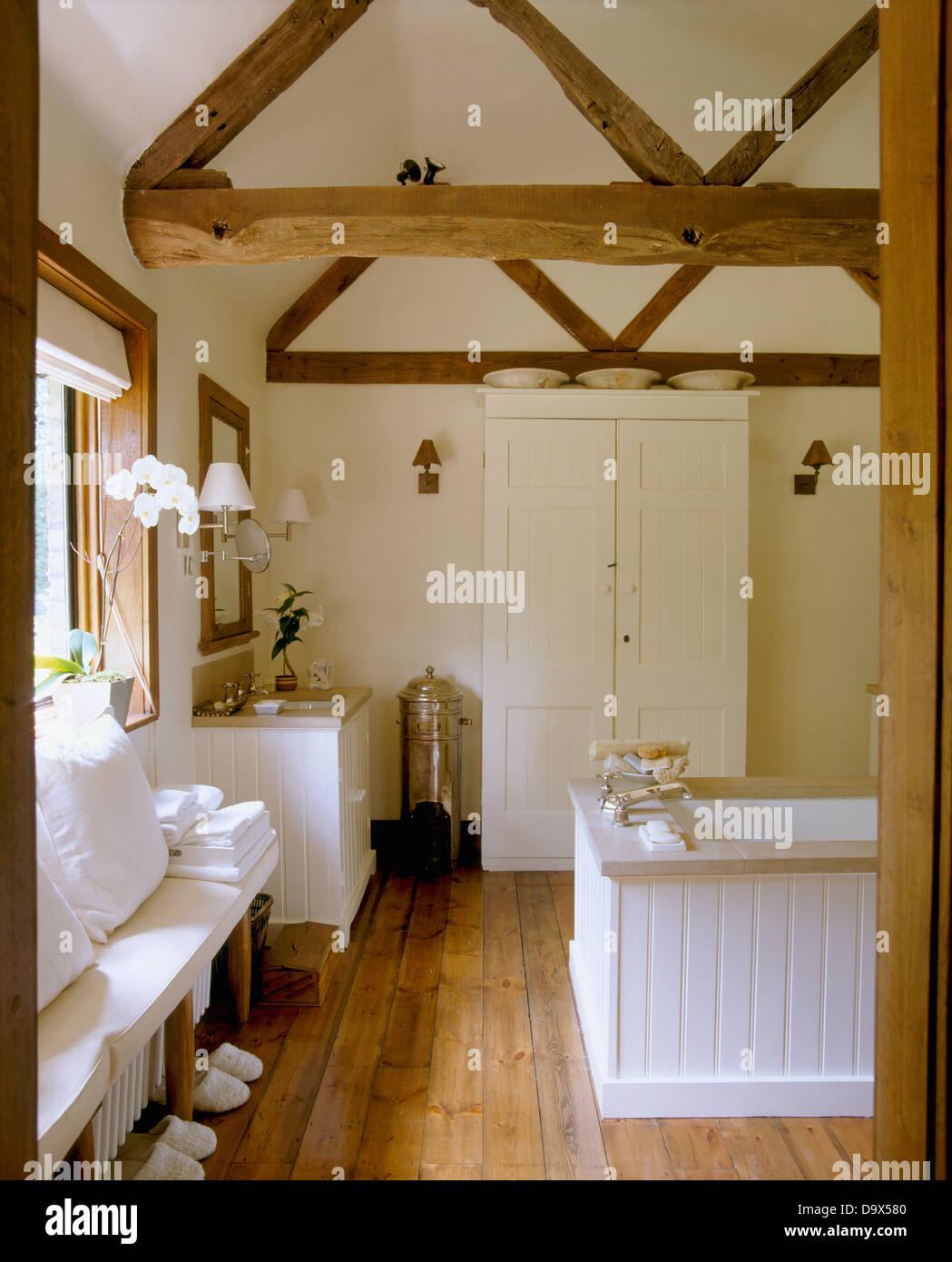 Holzbalken Apex Decke und Holzboden im Land Badezimmer mit weiß ...