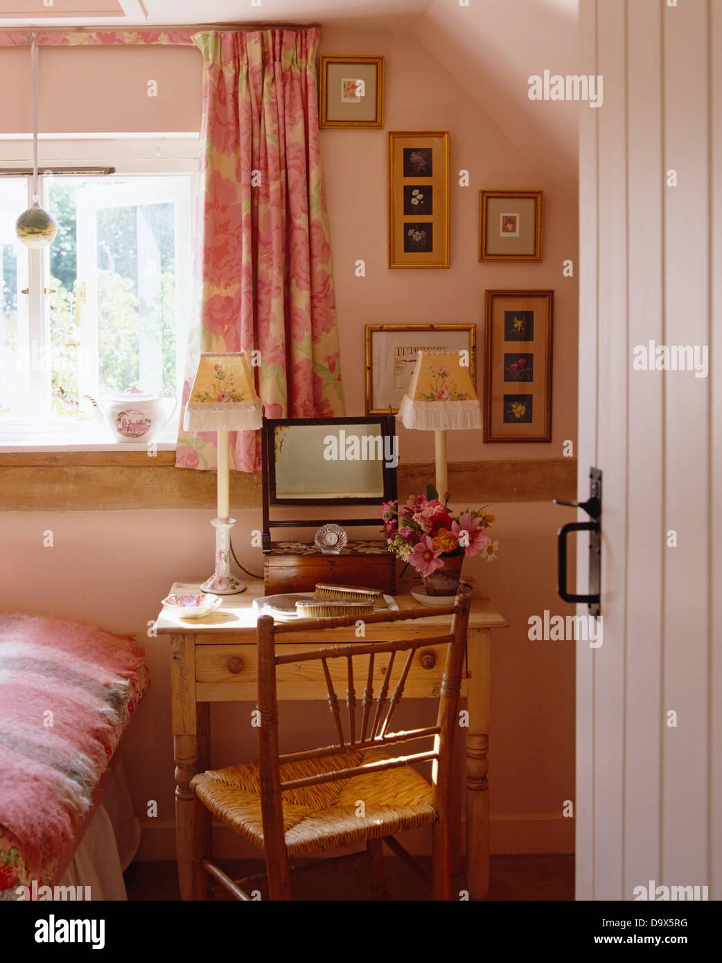 Schlafzimmer Tur Offnen #15: Tür Zu öffnen, Zu Rosa Hütte Schlafzimmer Mit Rosa Vorhänge Am Fenster über  Kleine Kiefer Schminktisch Mit Spiegel Und Antiken Stuhl