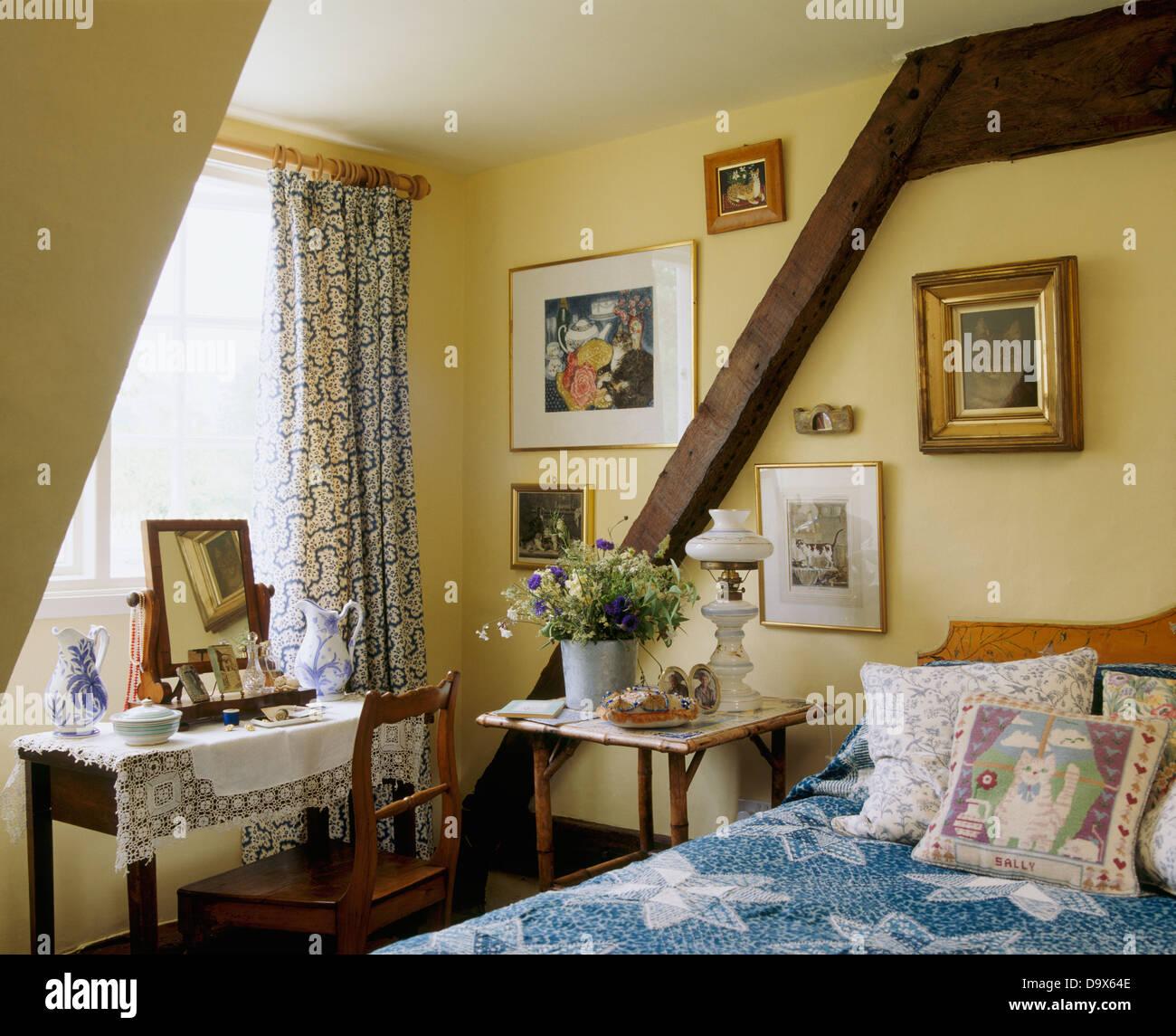 Hund Schläft Auf Bett Mit Kissen Und Blaue Abdeckung Im Ferienhaus  Schlafzimmer Mit Holzwand Strahl Und Dressing Tisch Vor Fenster