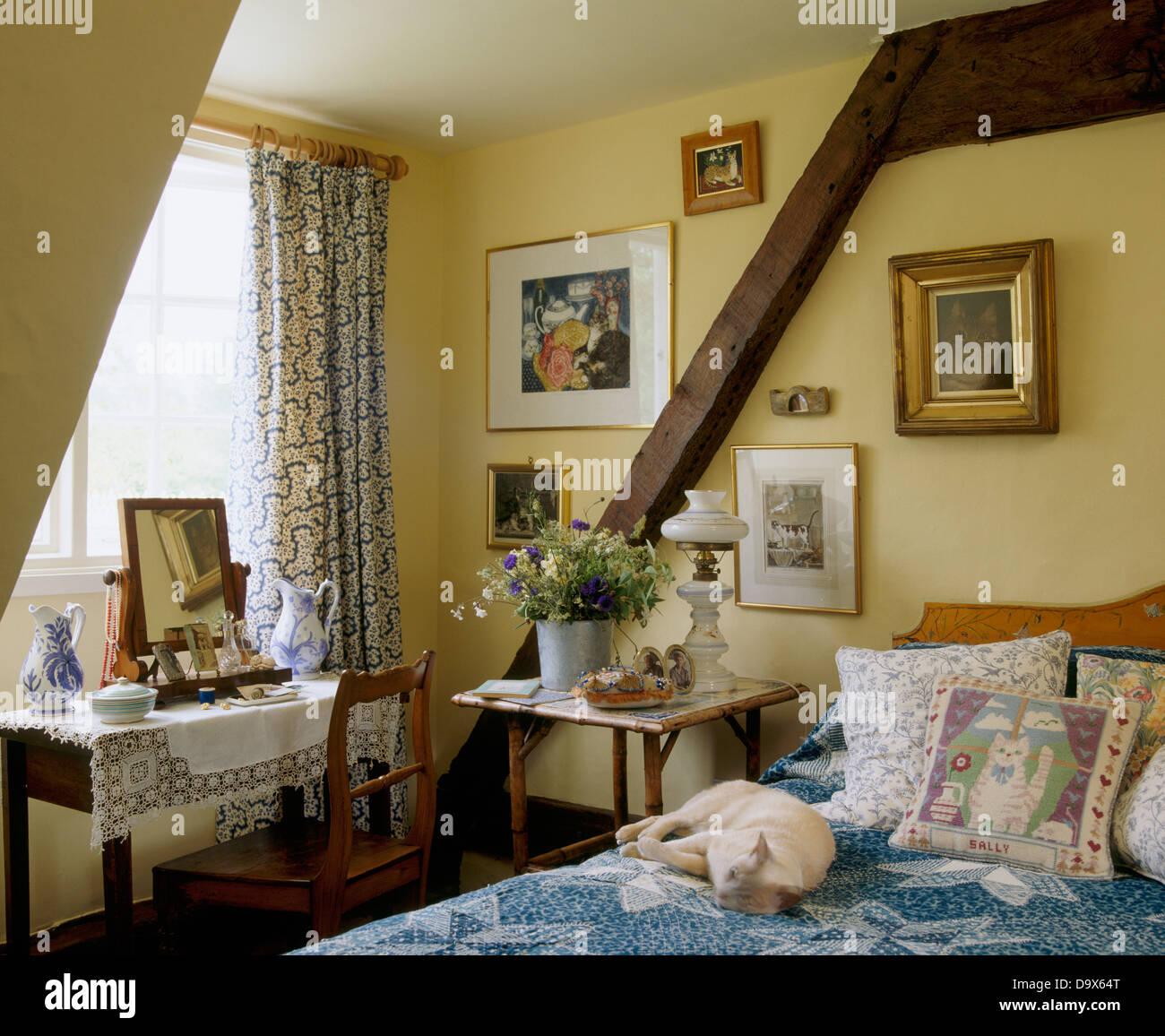hund schl ft auf bett mit kissen und blaue abdeckung im ferienhaus schlafzimmer mit holzwand. Black Bedroom Furniture Sets. Home Design Ideas