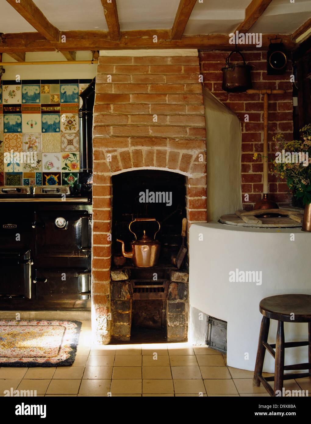 Kupferkessel auf original Ziegel Holzofen im Landhaus-Küche mit ...