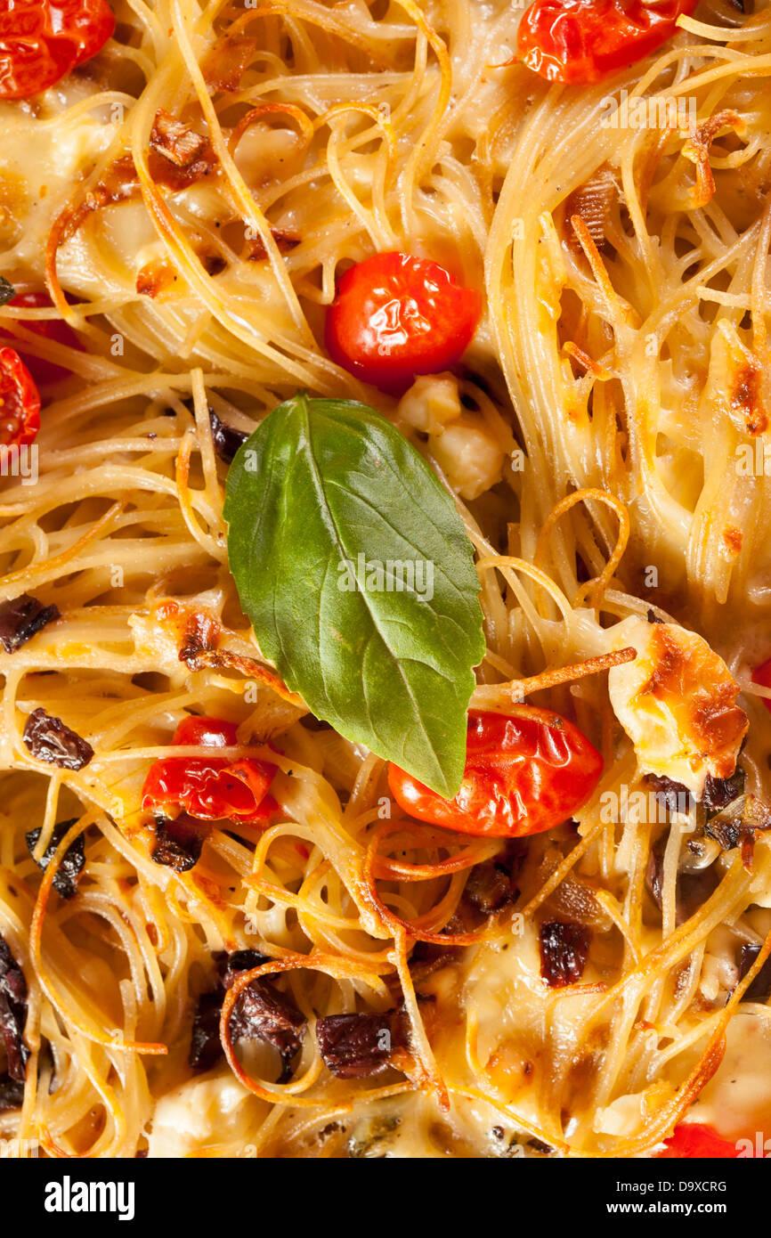 Pasta aus gebackenen Kuchen mit Tomaten und Basilikum Stockbild