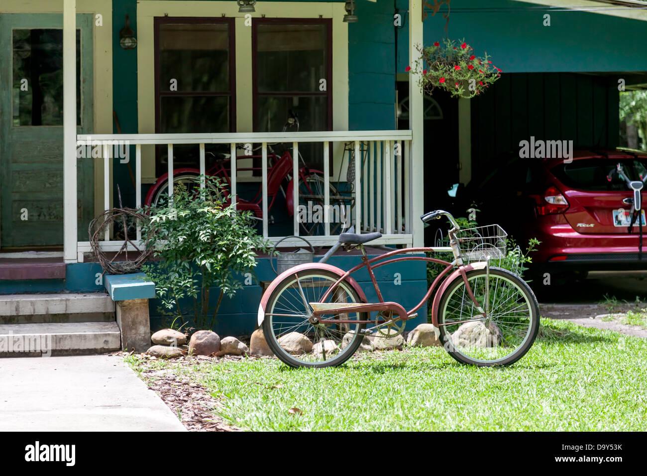 Fahrräder geparkt auf der Veranda und Rasen von einem Haus mit einem ...