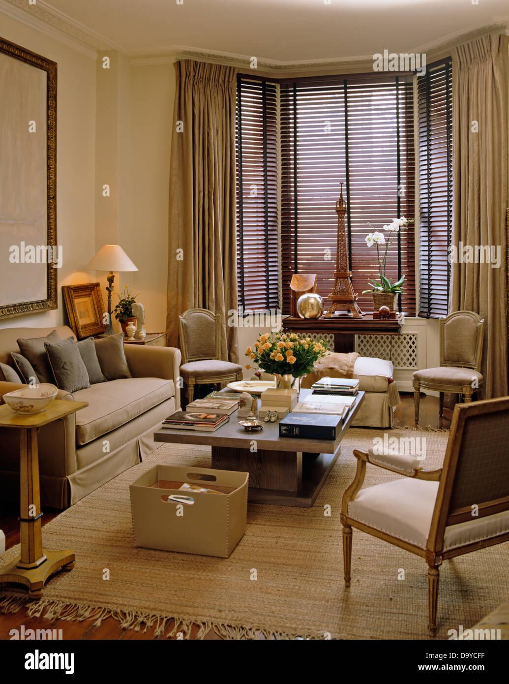 Beige Sofa und Leder Aufbewahrungsbox neben Couchtisch im Wohnzimmer ...