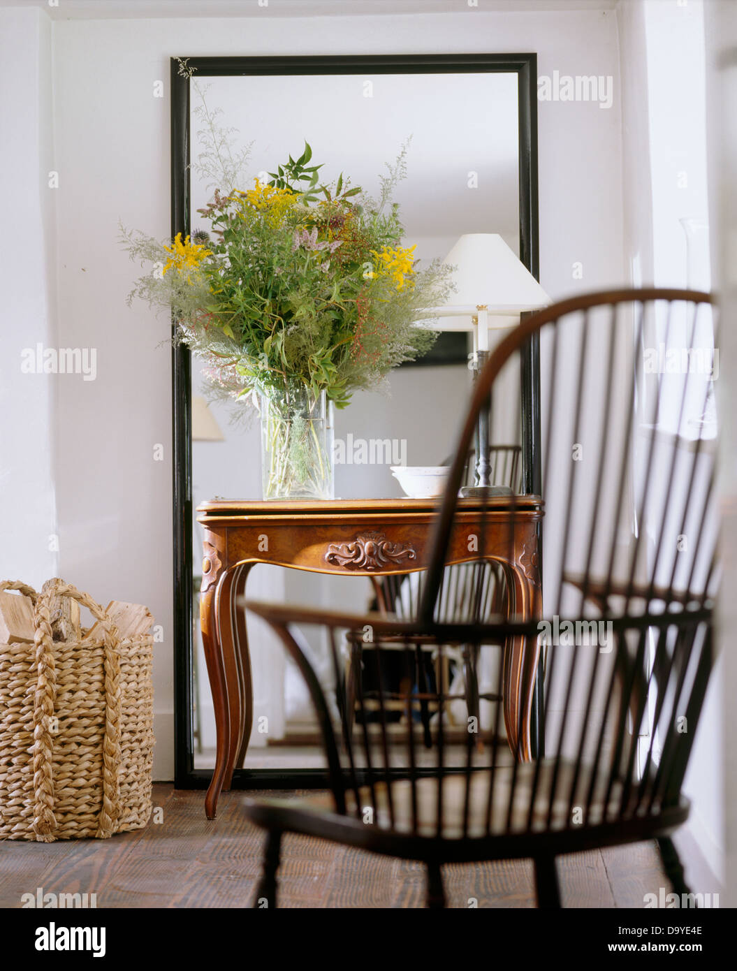 Stuhl Mit Und Im Wohnzimmer Windsor Haus Blume Anordnung Weißen QBCeWEdrxo