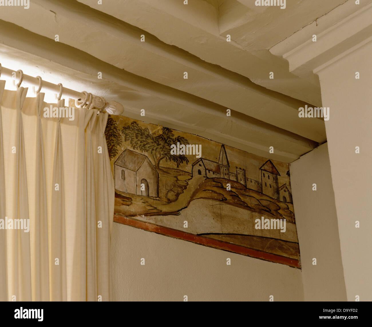 Nahaufnahme Des Gemalten Ländliches Motiv An Wand Im Ferienhaus Schlafzimmer  Mit Weißen Bemalten Balken Und Weißen Vorhang