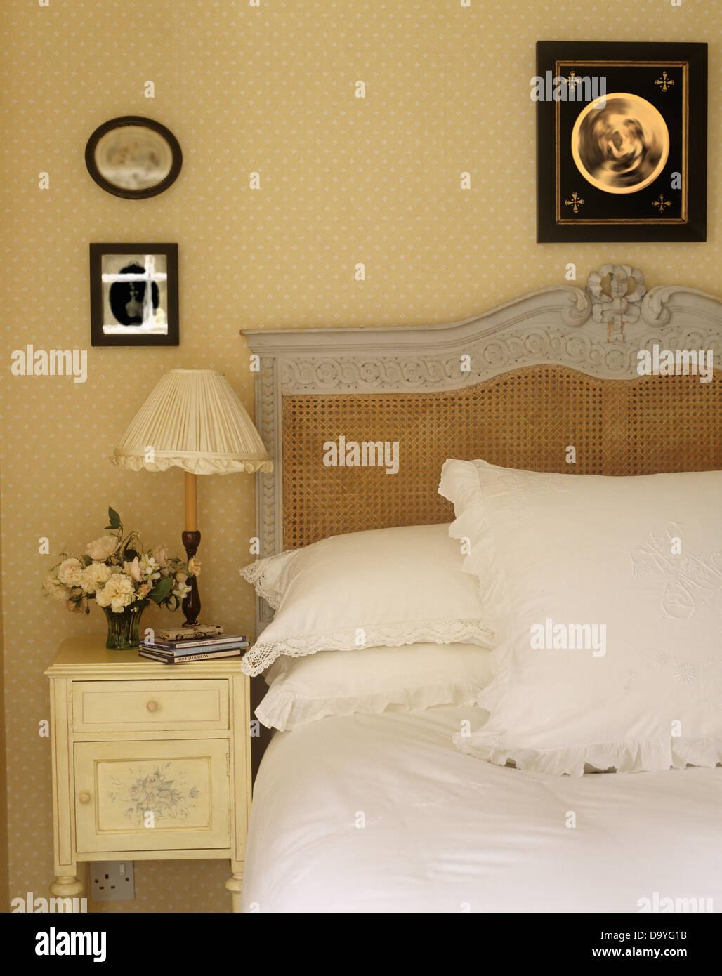 creme lampe und schrank neben blass grau bergere bett mit wei en kissen und bettw sche in. Black Bedroom Furniture Sets. Home Design Ideas