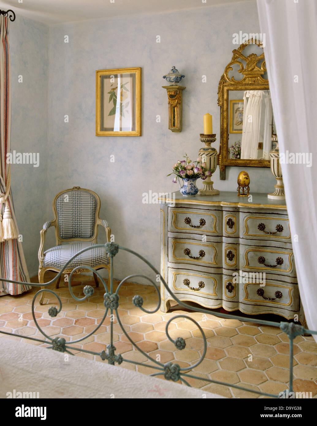 Schmiedeeisernes Bett In Blass Grau Französischer Landhaus Schlafzimmer Mit  Verzierten Vergoldeten Spiegel Oben Lackiert Blass Grau +  Vergoldete Des Kommode