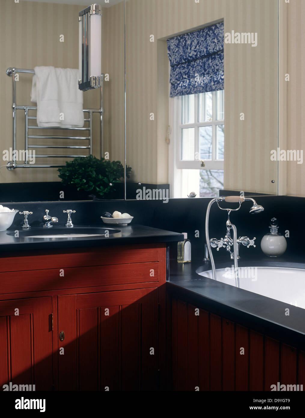 Entzuckend Spiegelwand Oben Unter Set Becken In Rot Unterschrank Neben Badewanne Im Modernen  Badezimmer Mit Blau Gemusterten Fenster Blind