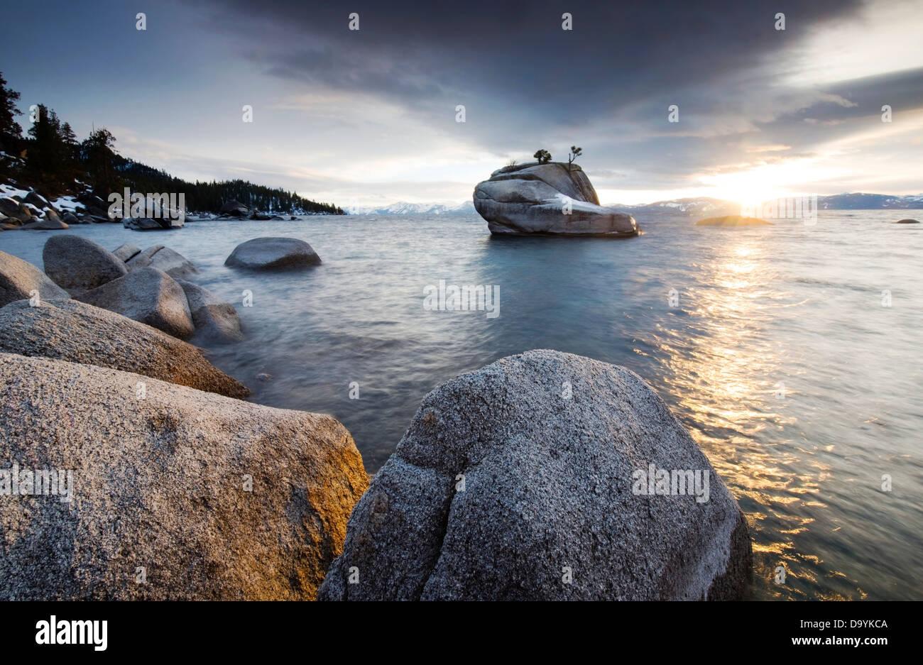 Der Sonnenuntergang spiegelt aus Lake Tahoe und Granitfelsen am Ostufer an einem versteckten Ort, bekannt als Bonsai Stockbild