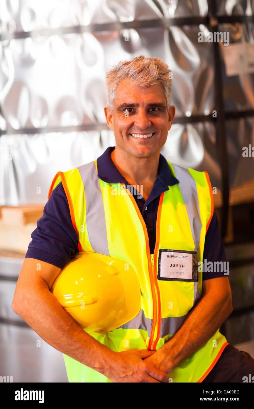 Porträt von senior Versand Unternehmen Arbeitnehmer hält seinen Helm im Lager Stockbild