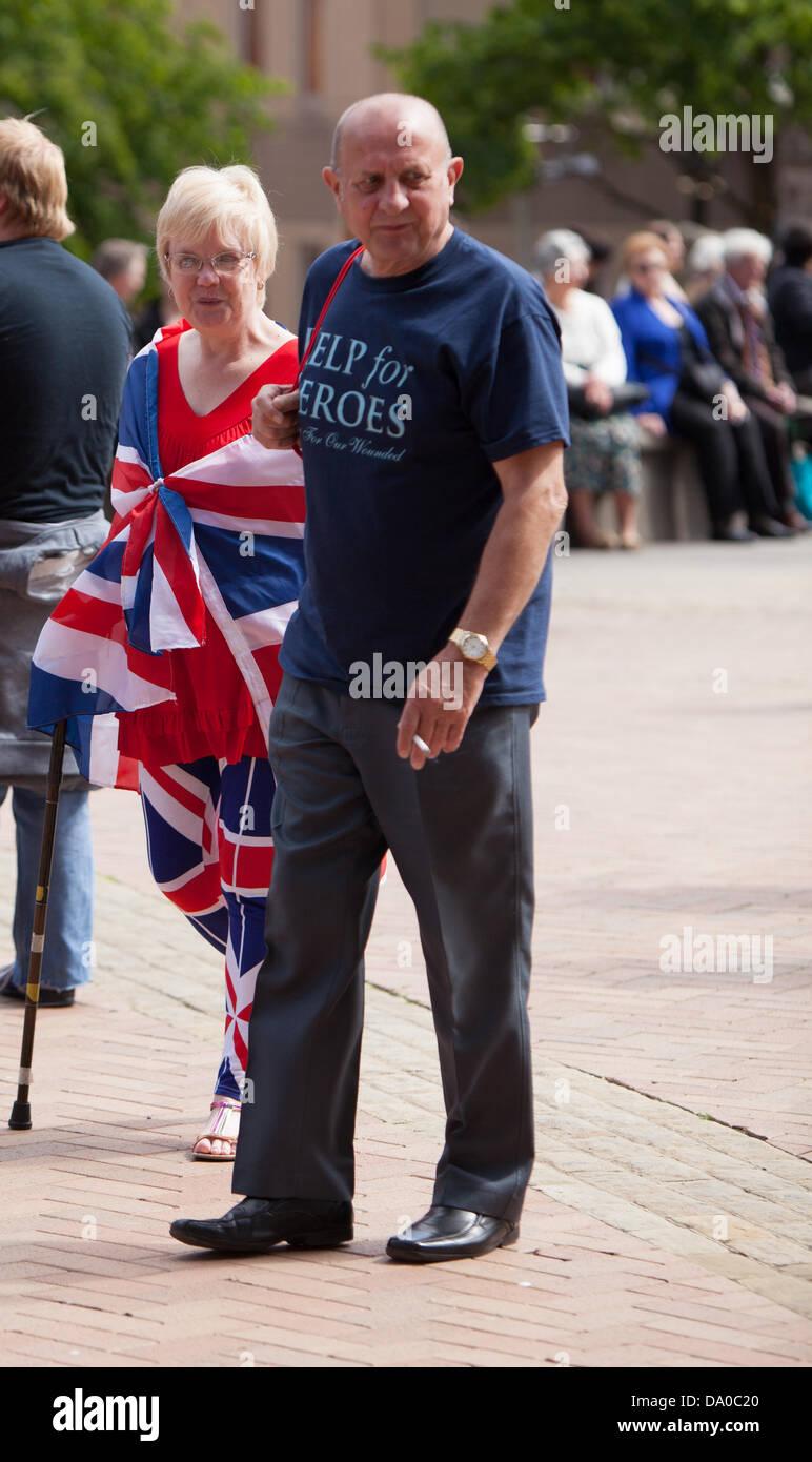 Birmingham, Vereinigtes Königreich. 29. Juni 2013. Ein paar in den Geist der Armed Forces Day in Birmingham. Stockbild
