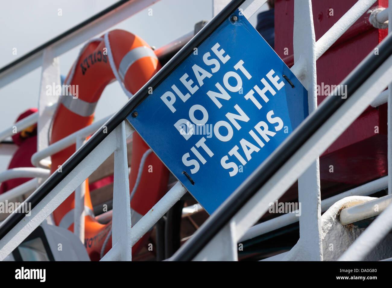 Zeichen auf Scillonian III - Penzance, Isles of Scilly Fähre - sitzen bitte nicht auf der Treppe Stockbild