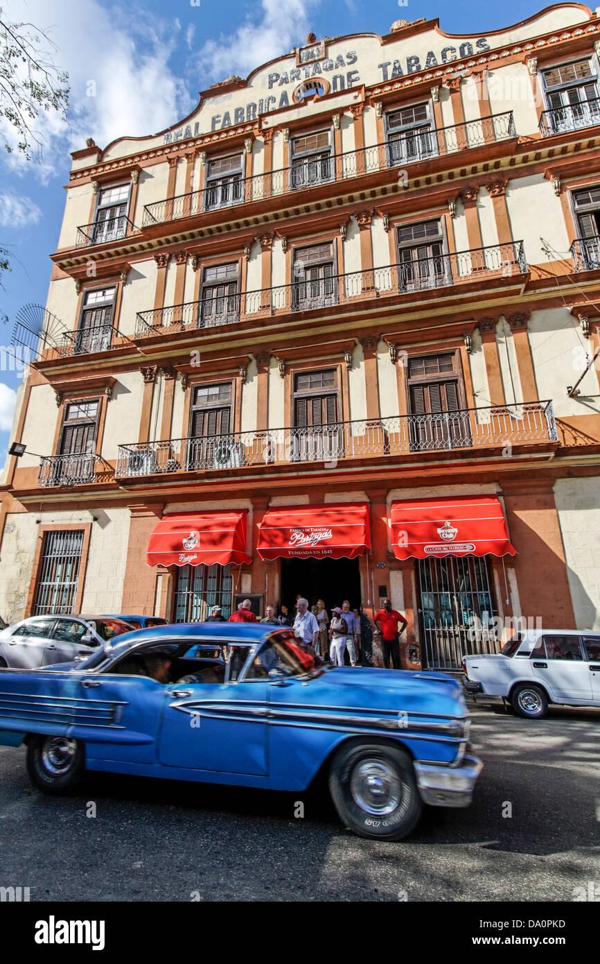 Oldtimer vor Tabakfabrik in Havanna, KubaStockfoto