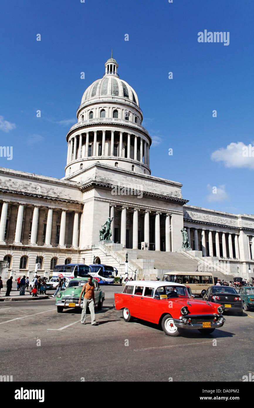 Oldtimer vor Capitol in Havanna Kuba Stockbild