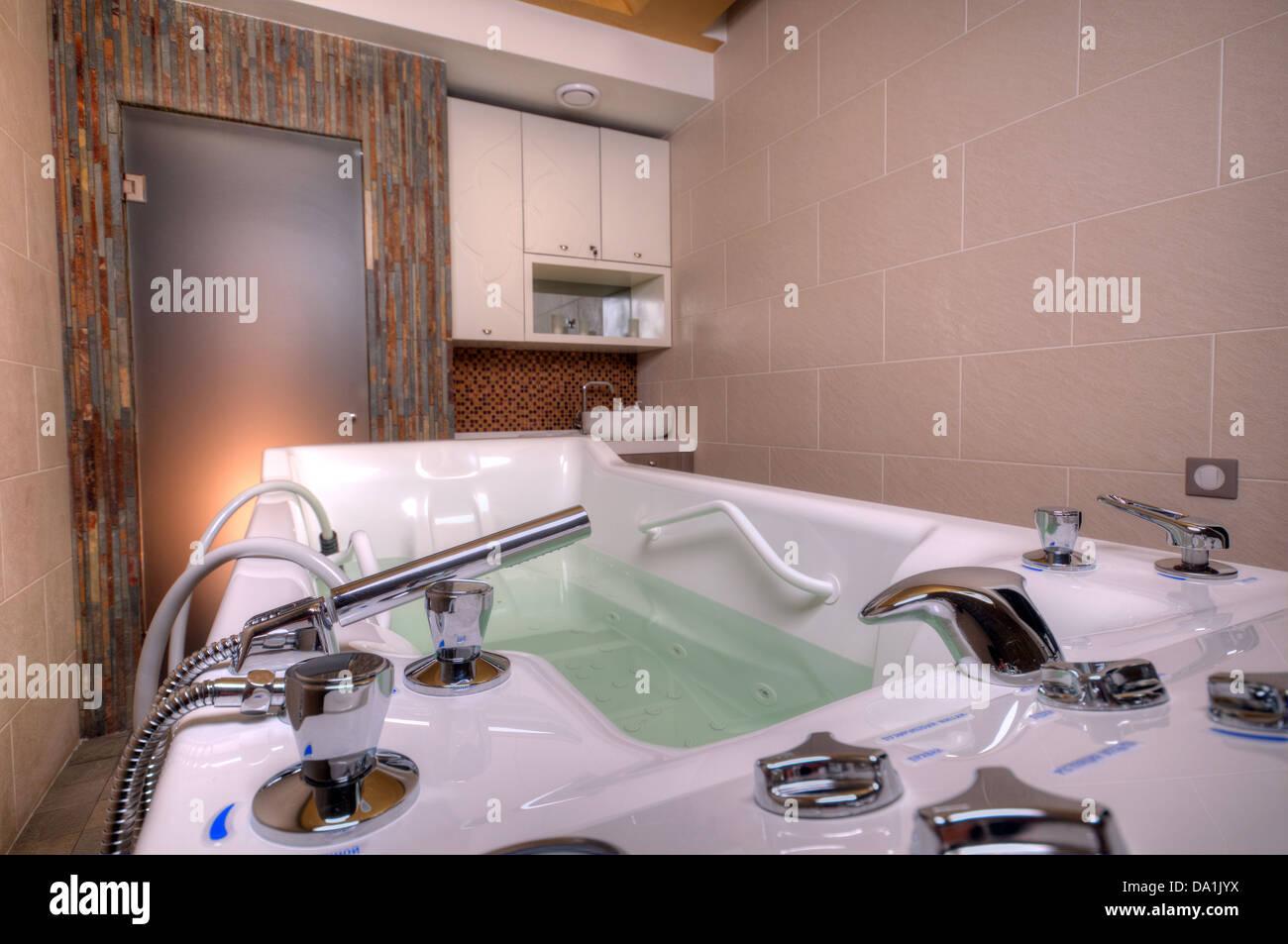 Jacuzzi-Whirlpool-Badewanne in einem Badezimmer aus Marmor Stockfoto ...