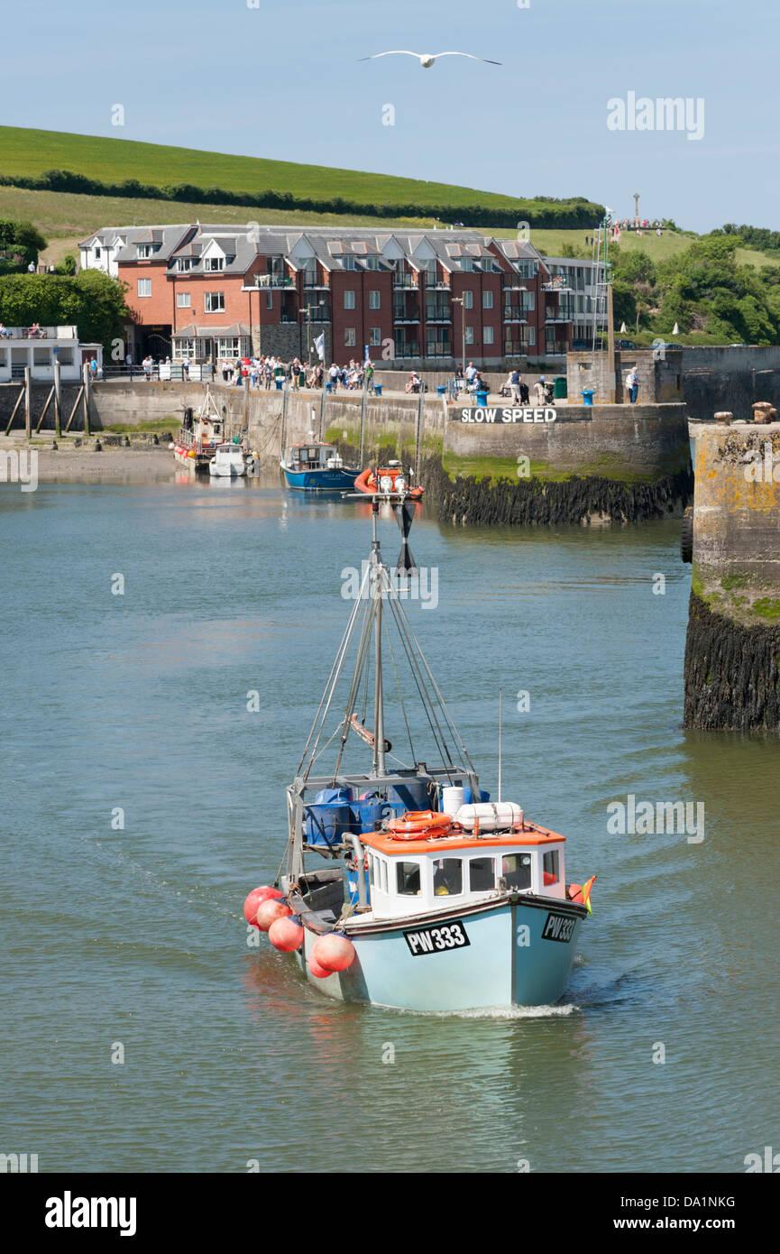 Ein Fischerboot tritt in den Hafen von Padstow Cornwall UK Stockbild