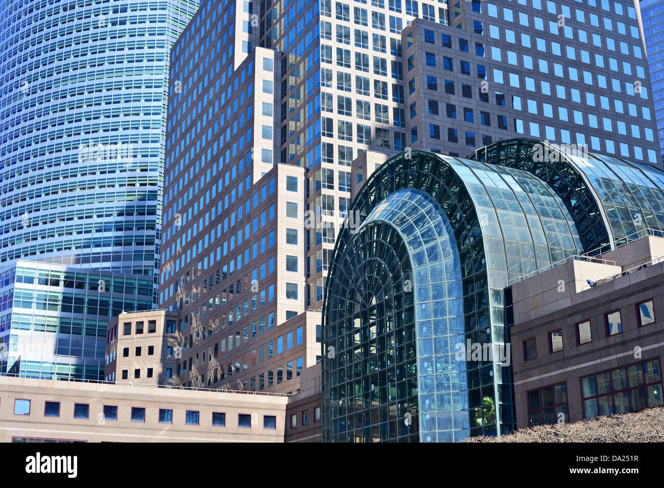 Nahaufnahme eines dichten modernen Bürogebäuden Stockbild